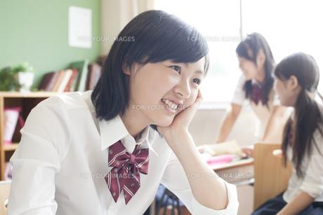笑顔の女子高校生 FYI00471224