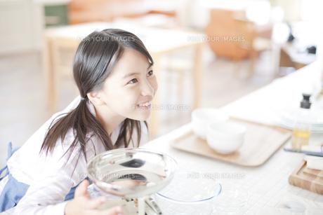 ダイニングからキッチンをみる女の子 FYI00471275