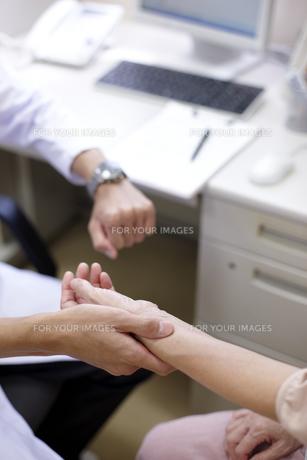 女性患者の脈をとる医師 FYI00471285