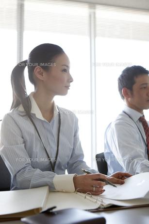 会議の報告を記録する女性ビジネスマン FYI00471289