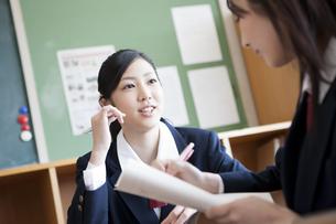 教室で勉強を教えあう女子高校生 FYI00471381