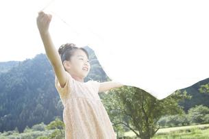 ピクニックをしている女の子 FYI00471417