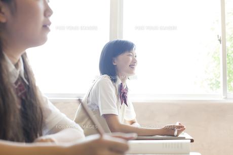 授業を受ける女子高校生 FYI00471448