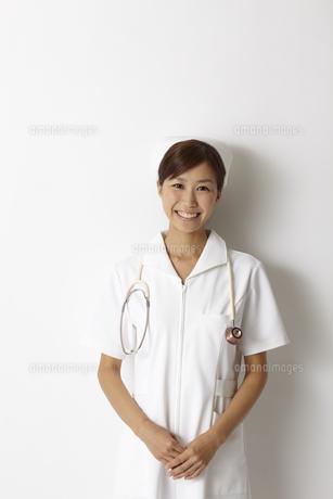 笑顔の女性看護師のポートレート FYI00471593
