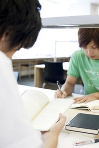 大学の図書館で向かい合って勉強する男子大学生 FYI00471742