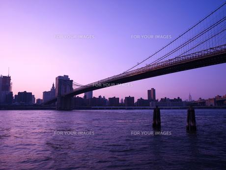 夕暮れのブルックリンブリッジとマンハッタン FYI00471943