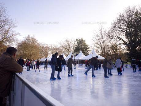 ハイドパークでスケートを楽しむ人々 FYI00471947