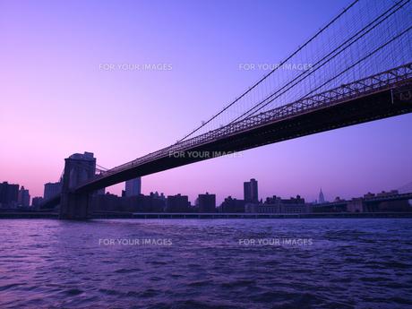 夕暮れのブルックリンブリッジとマンハッタン FYI00471957