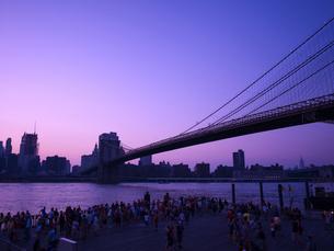 夕暮れのブルックリンブリッジとマンハッタン FYI00471964