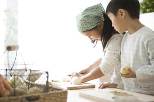 料理の手伝いをする子供 FYI00471993