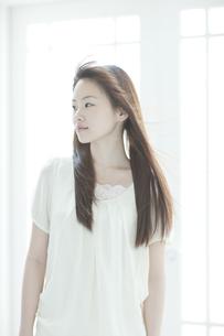 髪をなびかせる若い日本人女性 FYI00474009