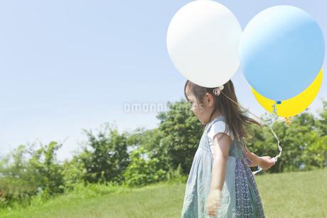 風船と女の子 FYI00474013