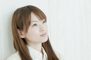 壁の前に立ち見上げる若い日本人女性 FYI00474018
