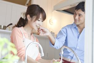 キッチンに立つ若い夫婦 FYI00474020