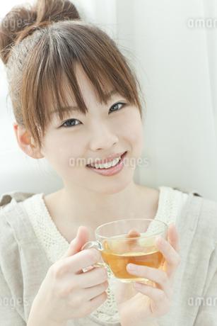 室内でハーブティーを飲む若い日本人女性 FYI00474025