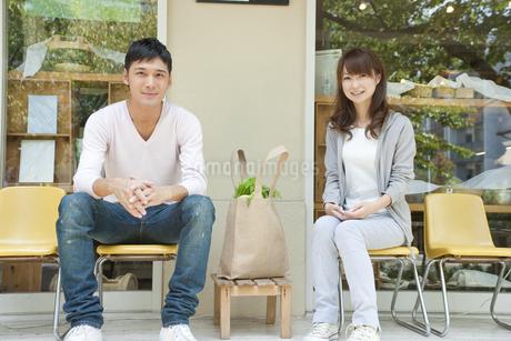 カフェで話す若い夫婦 FYI00474028
