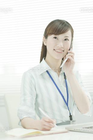 電話で話すデスクワークのビジネスウーマン FYI00474032