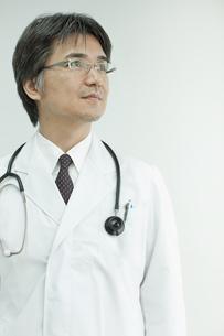 見上げる日本人の医師 FYI00474033