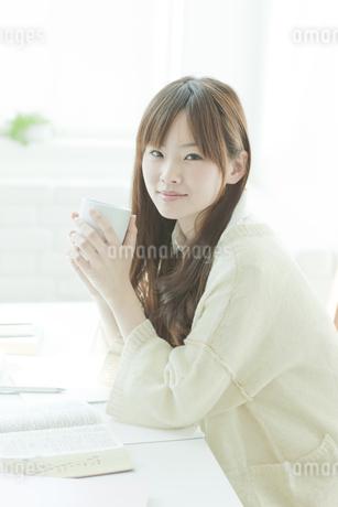 マグカップを持つ若い日本人女性 FYI00474038