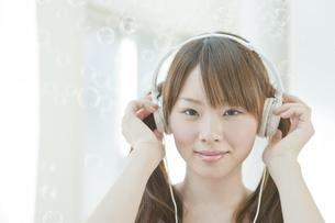 ヘッドフォンを着けた若い日本人女性 FYI00474066