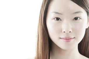 ロングヘアの若い女性の美容イメージ FYI00474073