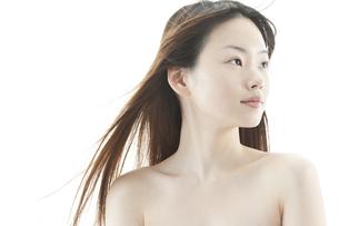 ロングヘアが揺れる若い女性の美容イメージ FYI00474082