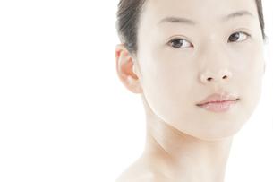 若い女性の透明感のある素顔スキンケアイメージ FYI00474093
