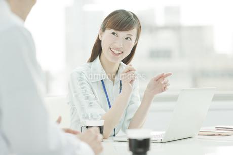 打ち合わせをするビジネスウーマンとビジネスマン FYI00474099