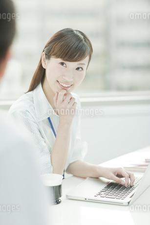 打ち合わせをするビジネスウーマンとビジネスマン FYI00474110