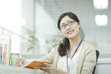 ノートに記入するビジネスウーマン FYI00474127