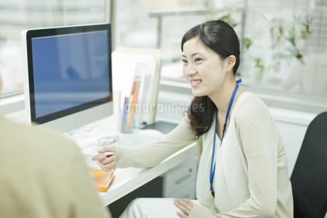 同僚と話すビジネスウーマン FYI00474146