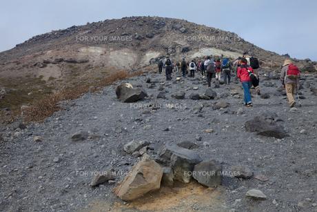 那須茶臼岳と登山者 FYI00474212