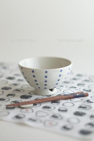 お茶碗と箸 FYI00474250