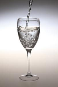水が入ったワイングラス FYI00474591