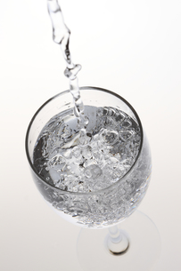 水が入ったワイングラス FYI00474604
