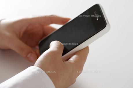 スマートフォンと女性の手 FYI00474745