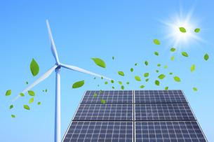 ソーラーパネルと風車と葉っぱ FYI00475111