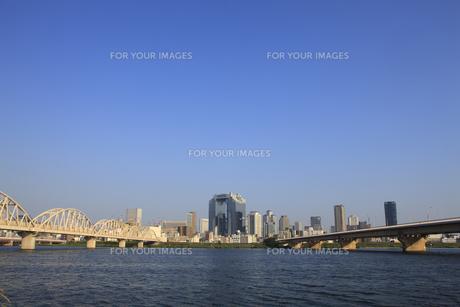 淀川河川敷から見る大阪の高層ビル FYI00475157