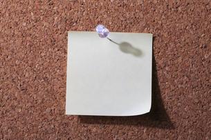 コルク板とメモ用紙 FYI00475216