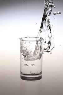 コップと水しぶき FYI00475217