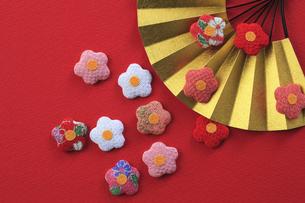 梅の飾りと扇 FYI00475224