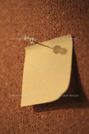 コルク板とメモ用紙 FYI00475230