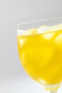 白バックのグラスに入ったオレンジジュース FYI00476183