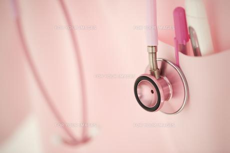 ピンクの白衣と聴診器 FYI00476451