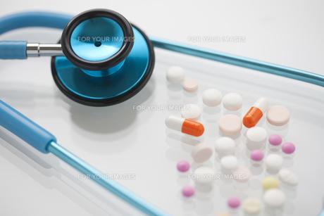 ブルーの聴診器と錠剤 FYI00476475