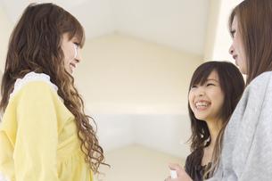 談笑する日本人女子大生 FYI00476518