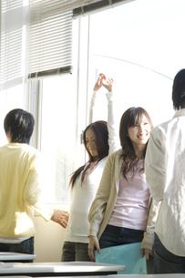 談笑する日本人大学生 FYI00476520