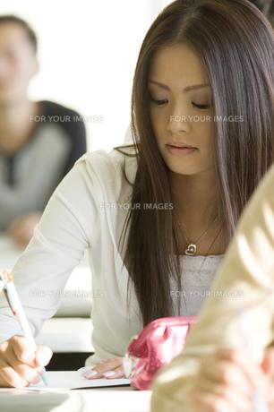 勉強する日本人女子大生 FYI00476522