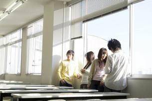 談笑する日本人大学生 FYI00476532
