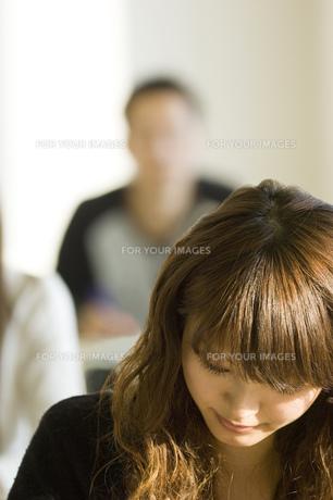 勉強する日本人女子大生 FYI00476534